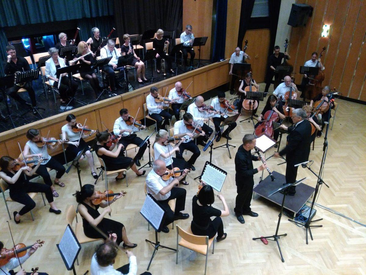 Solist Simon Reitmaier mit Orchester