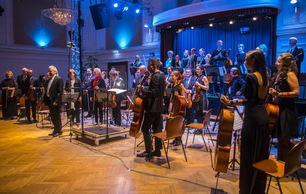 Orchester und Dirigent beim Applaus