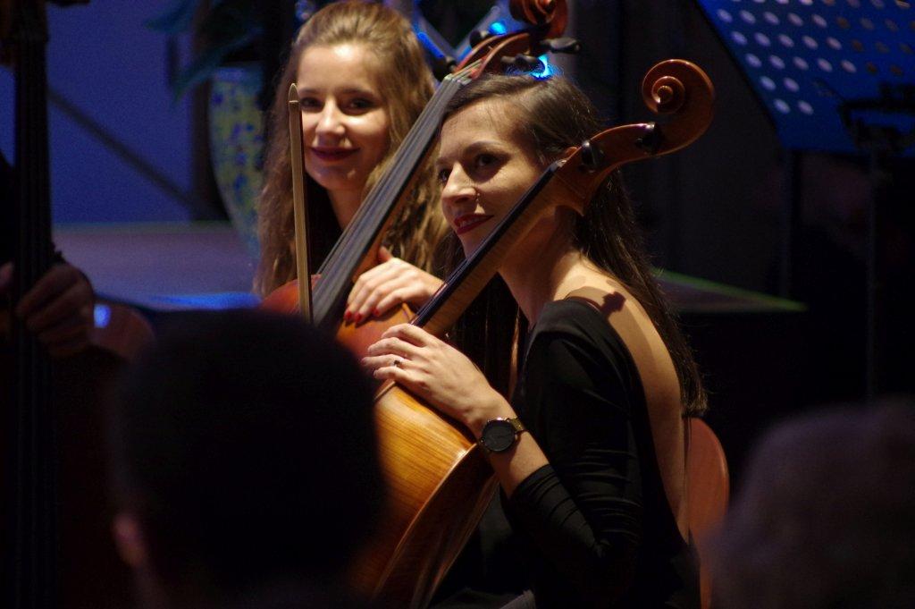 Lächelnde Cellistinnen