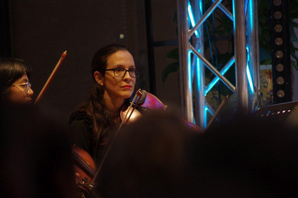 Anne-Lise beim Blick auf den Dirigenten