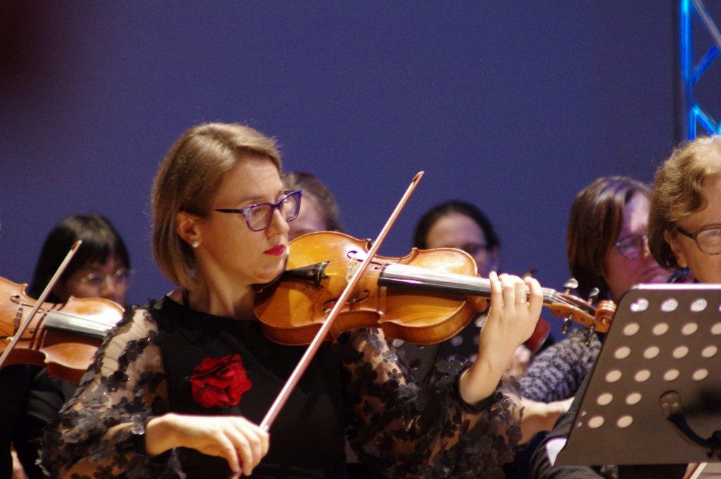 Konzertmeisterin inmitten der 1. Geigen