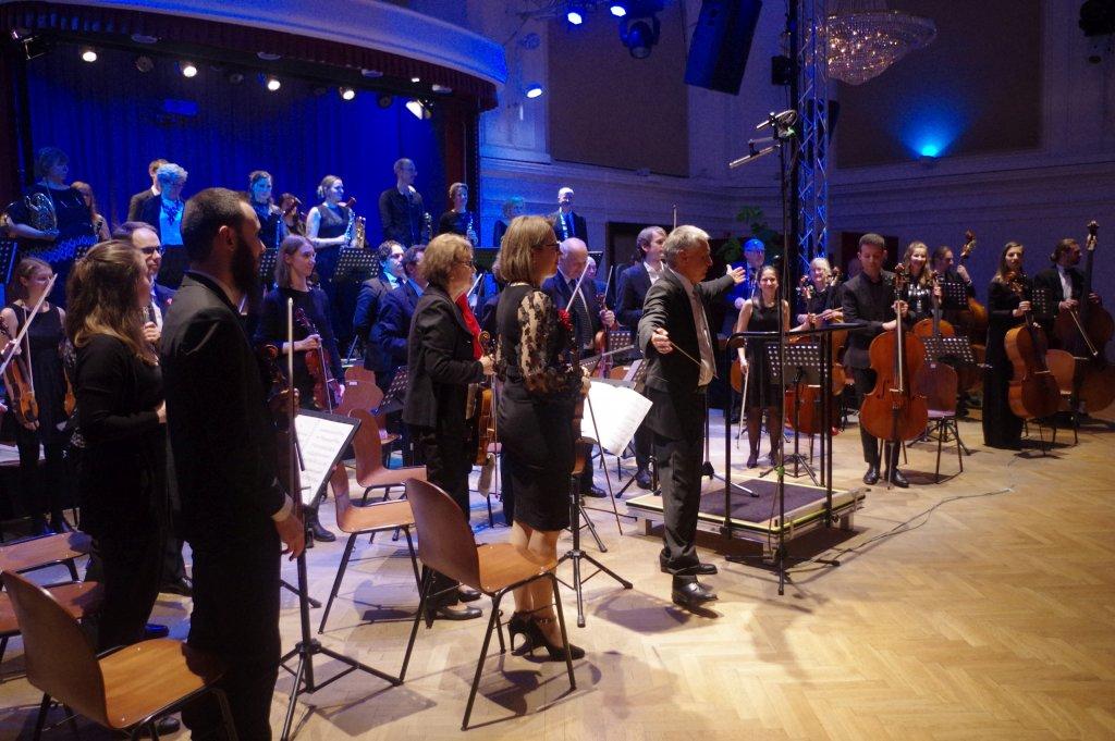 Orchester und Dirigent beim Schlussapplaus