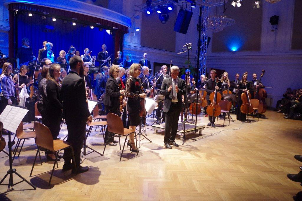 Applaus für das Orchester auch vom Dirigenten