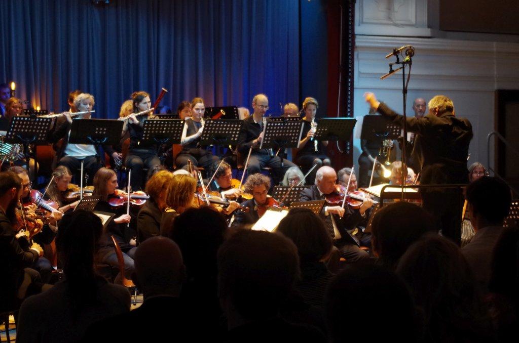 Bläser, Streicher und Dirigent