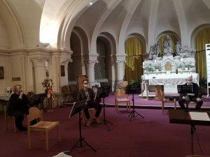 Schnappschuss einiger Orchestermitglieder bei der ersten Probe nach der durch die Corona-Krise bedingten Auszeit