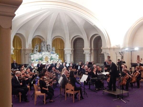 Orchester in der Krypta