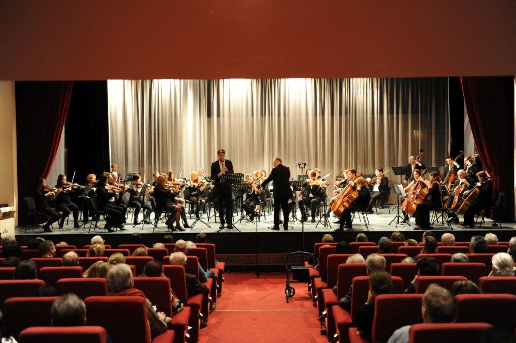Orchester und Solist auf der Bühne in Oberlaa